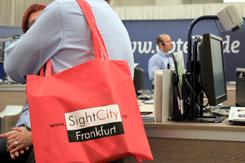 Bild einer Präsenz SightCity mit Fokus auf die SightCity-Tasche an der Schulter einer Besucherin